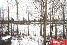 Joki ja jokirantaa n. 100 metrin matkalta.
