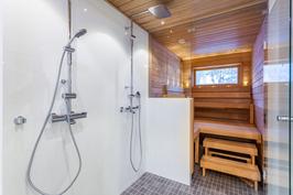Tilava, upea kylpyhuone sadesuihkuin