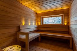 Tilava sauna, tyylikkäät lauteet, Tulikiven 9 kW kiuas