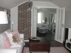 Yläkerran aula, pariovet makuuhuoneeseen