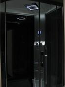 Kylpyhuoneessa on hierova höyrykaappi (radio/MP3/puhelin). Seinissä iso valkoinen laatta.