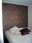 Päämakuuhuoneessa kaksi suurta Puustellin kaappia (runko tummasuklaa ja lasiliukuovi väriltään lumi.