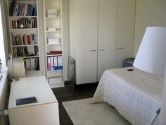 Pienessä makuuhuoneessa 3x60cm kaappi. Ikkuna on kohti puistoa (etelä)