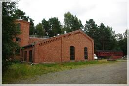 Veturitalli ulkoa, torni vasemmalla