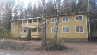 Asuinrakennus näkymä tieltä oikea