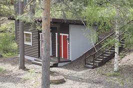 Yhteiskäytössä oleva suksienhuoltohuone, puuvarasto ja huoltotila.