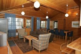 Olohuone. Huonekaluja uusittu kuvauksen jälkeen.