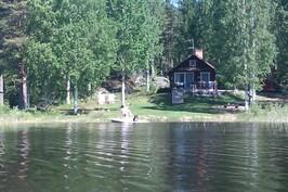 Mökki järveltä