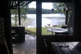 Näkymä tuvasta järvelle