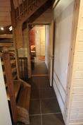 Ovi huoneistoon 2 A joka suljetaan ja tilalle rakennetaan huoneistoväliseinä