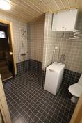 Pesuhuone, suihkutila ja käynti saunaan