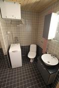 Alakerran wc ja pyykinkäsittely / pesuhuoneen yhteydessä