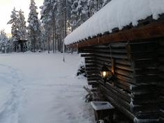 Talvinen maisema. Hiihtolatu menee 100 metrin päästä tontista.