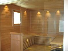 Viimeistelty sauna- ja kylpyhuonetila.