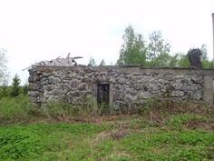 navetan runko, eteläpääty. Rungossa itäpuolella talon suuntaan kaksi ovea, etelään yksi.