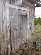 Saunan ovi, sauna sijaitsee pihapiiristä kaakkoon, varastorakennuksen takana.