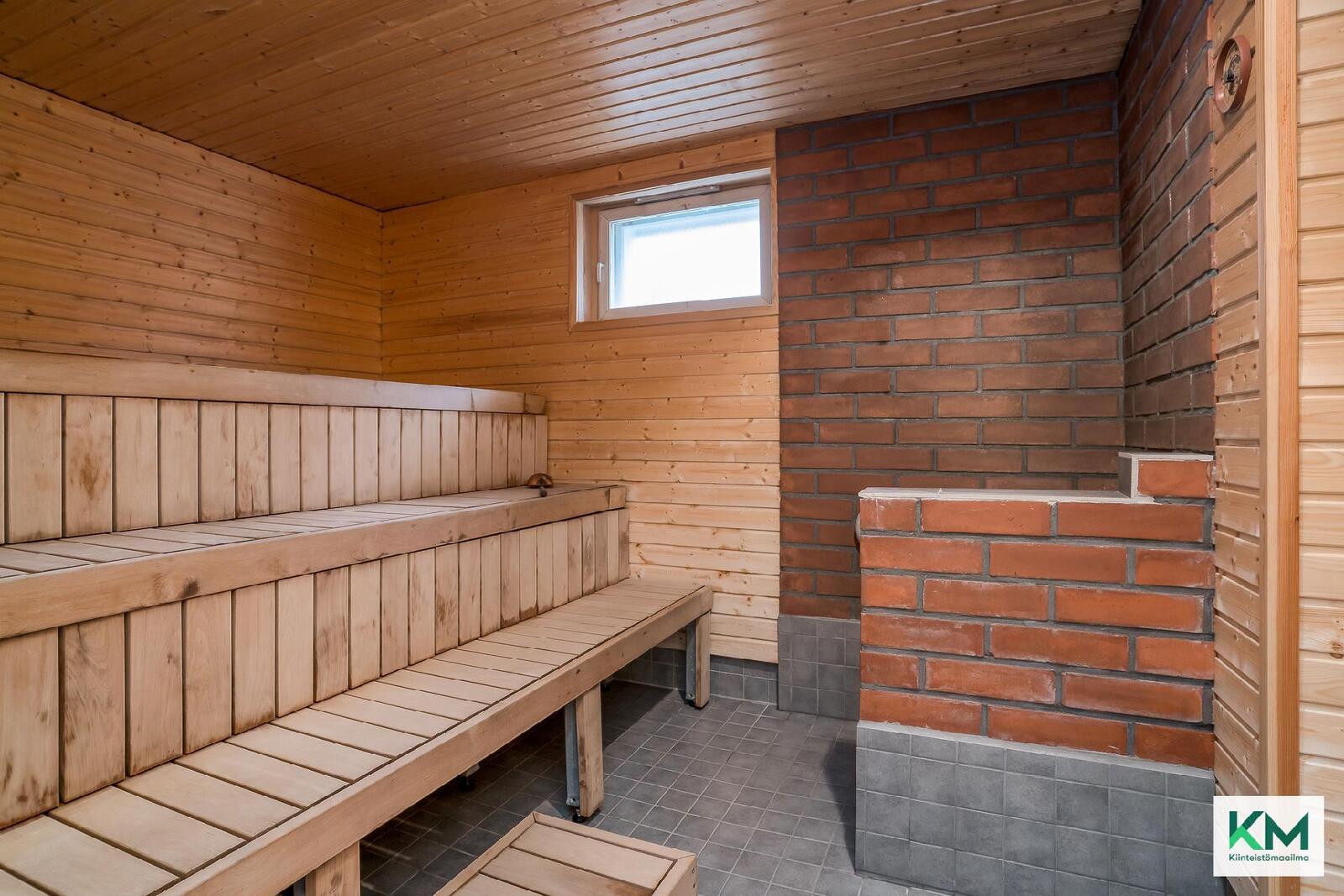 Taloyhtiössä on hiljattain remontoitu suuri sauna.