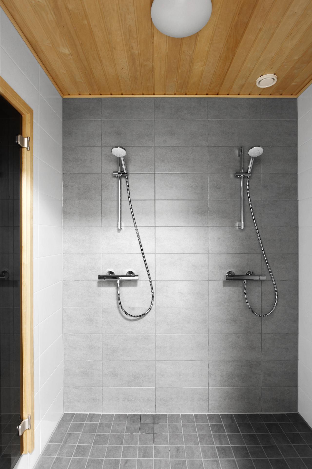 Pesuhuonessa kaksi suihkua