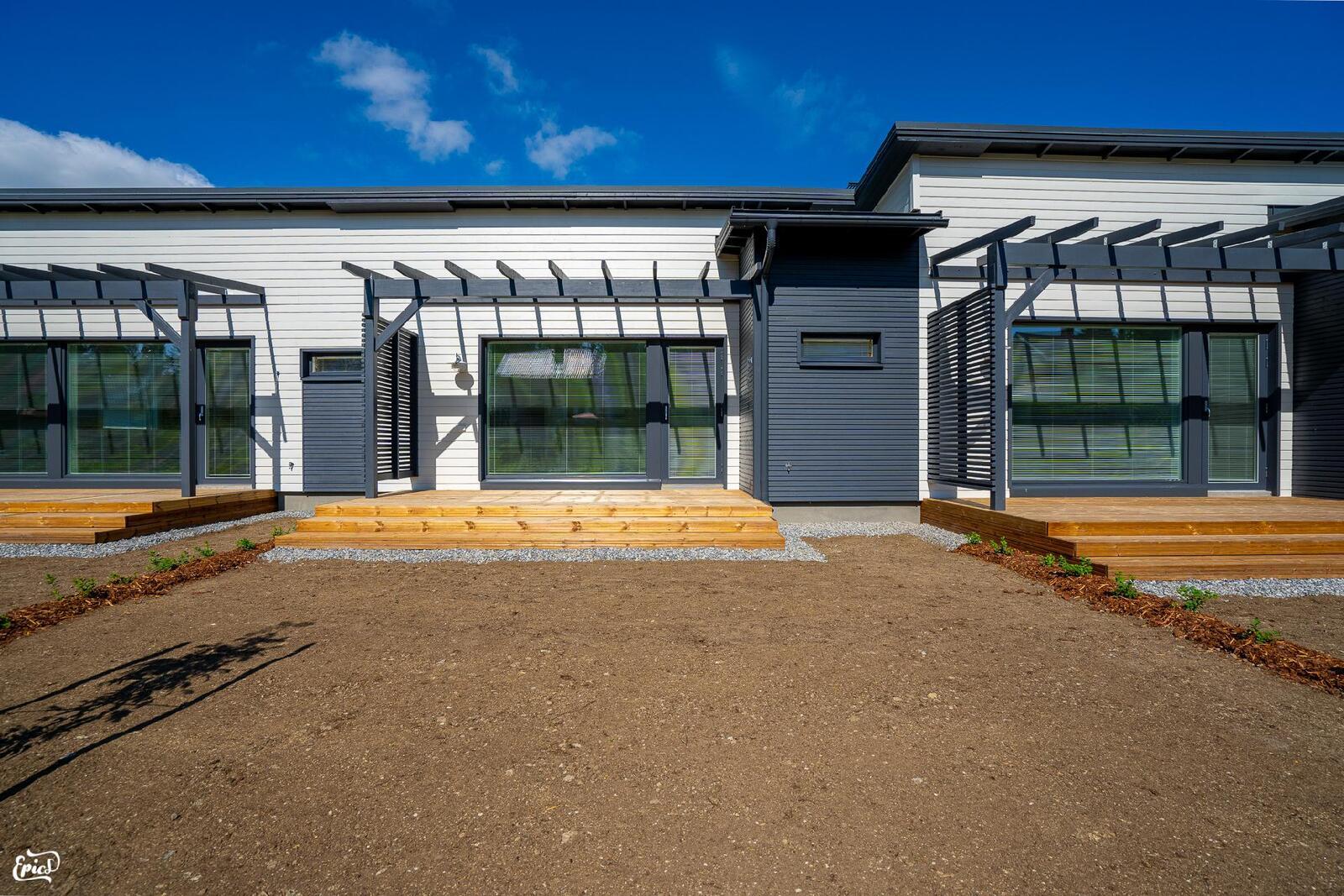 Terassi / piha-alue (kuva viereisestä Asunto Oy Valkeakosken Antin ranta I asunnosta)