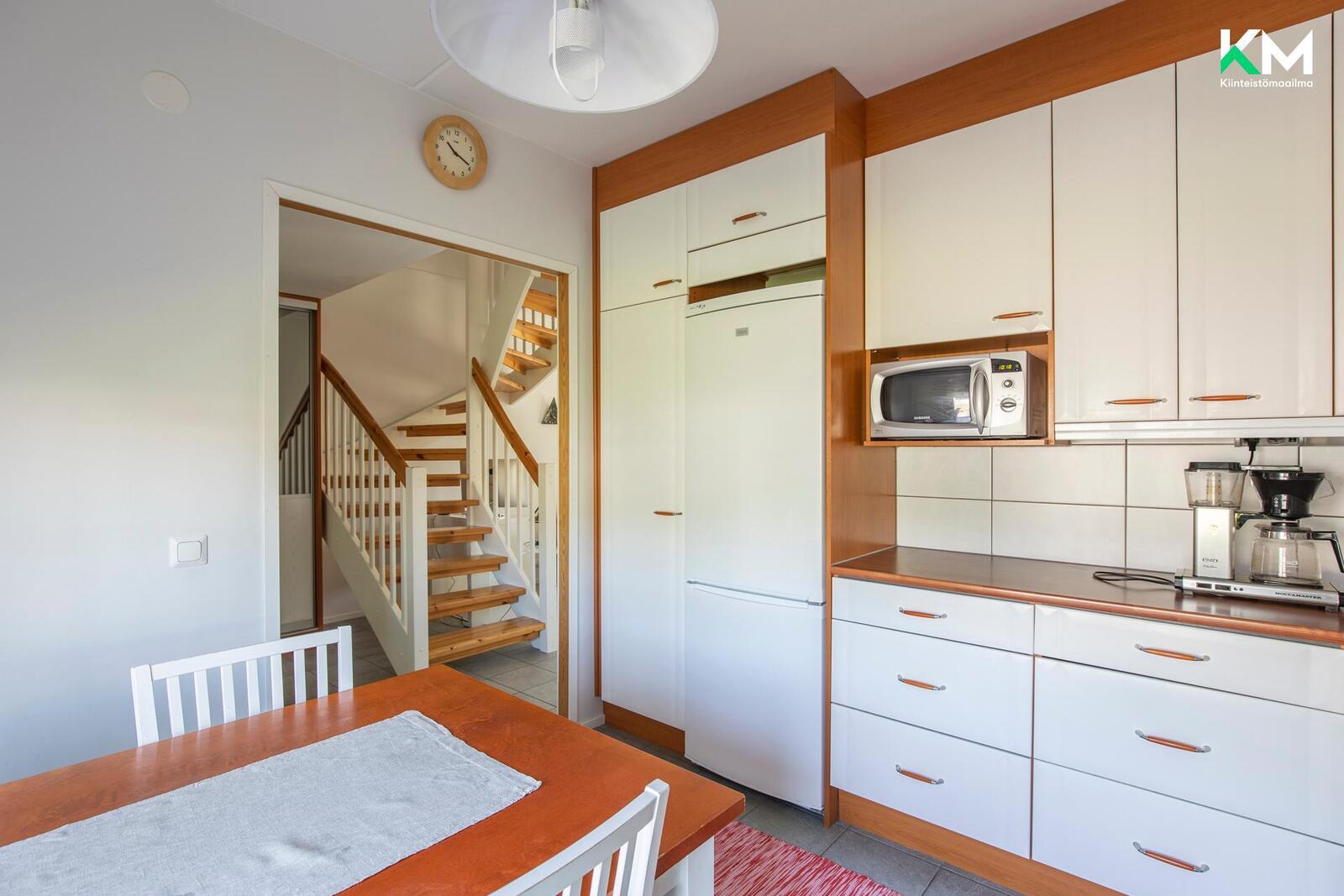 Keittiössä ja aulassa on lämmitetty laattalattia.
