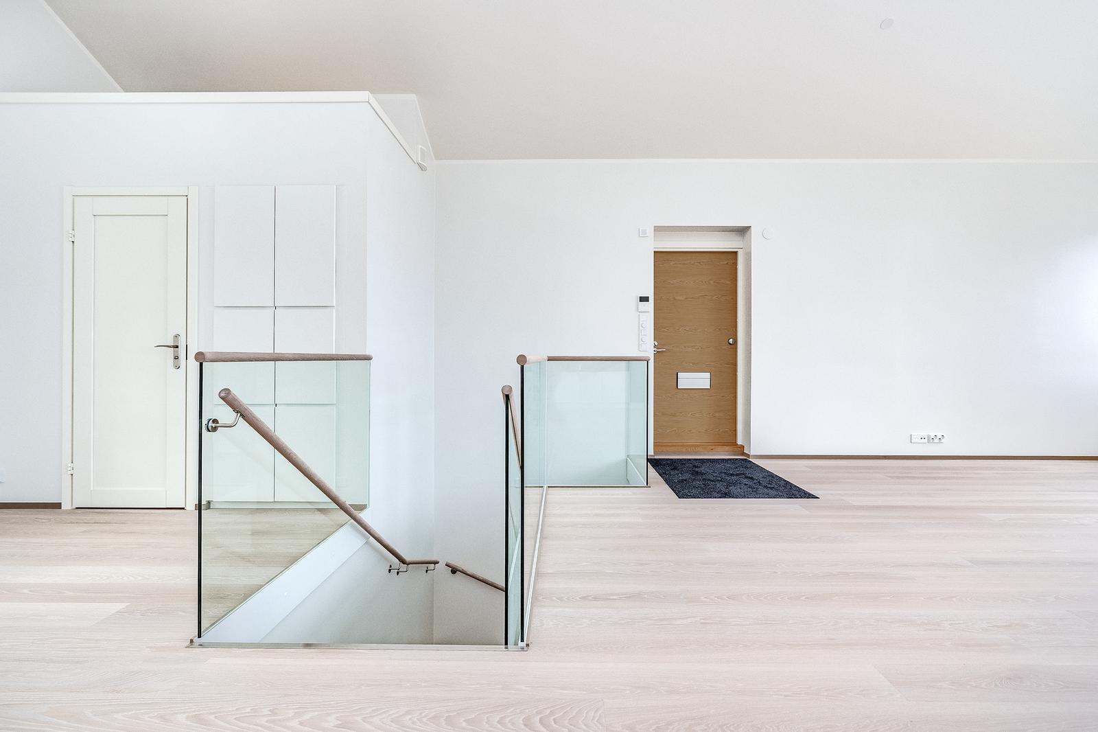 Huoneistoon on sisäänkäynnit sekä ylä- että alakerrasta