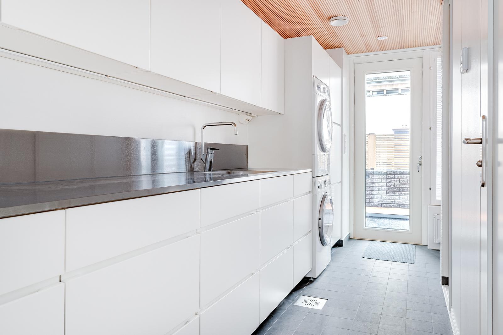 Siemens-merkkiset pesukone ja kuivausrumpu ovat osa kodinhoitohuoneen varustusta