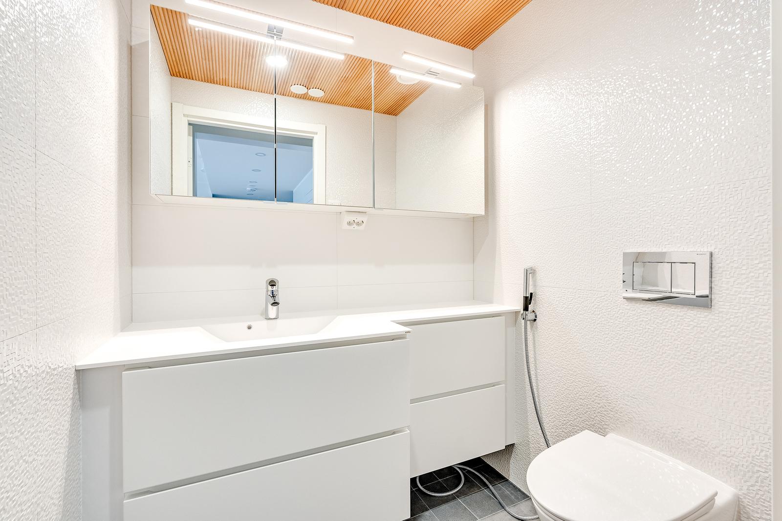 Makuuhuoneiden välittömässä läheisyydessä erillinen wc