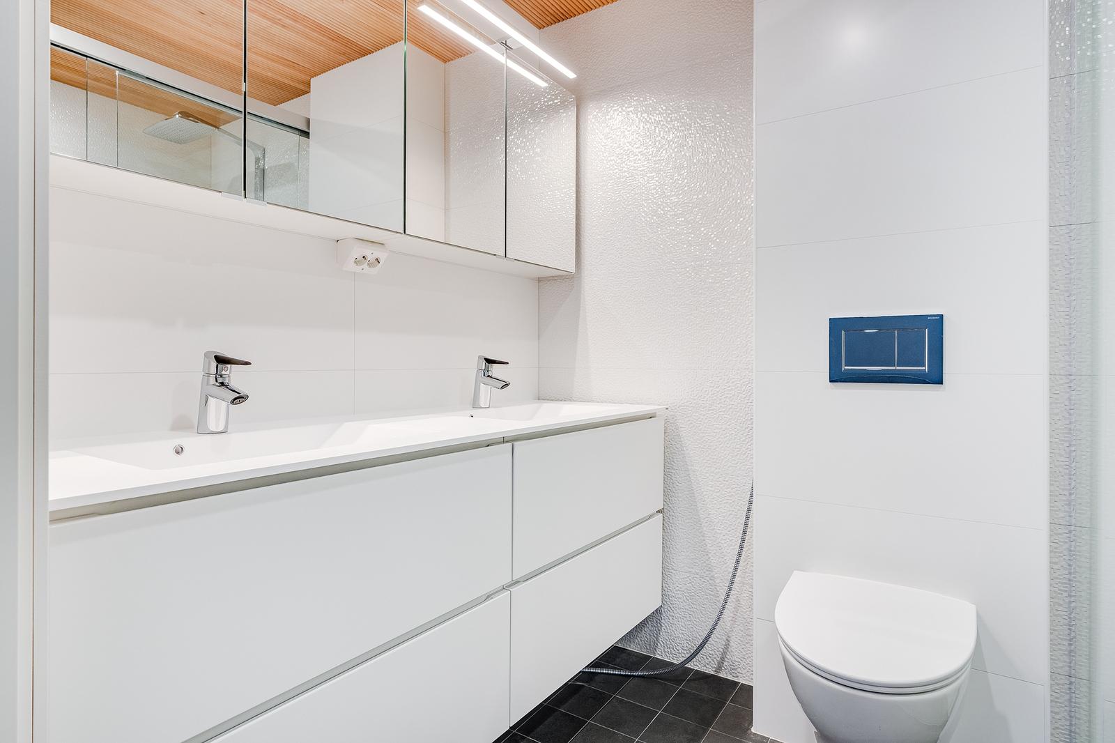 Päämakuuhuoneen kylpyhuoneessa on allas ja peilikaapisto toteutettu tuplana