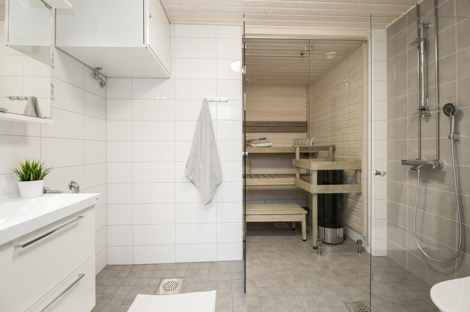 Tilava kylpyhuonekokonaisuus