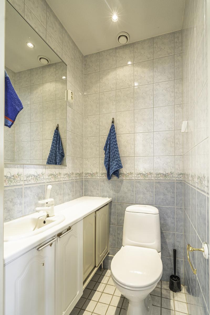 Erillinen wc eteisen yhteydessä