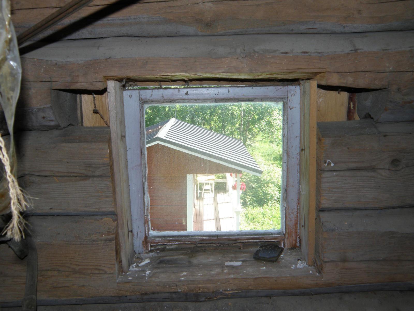 eteisen ikkunasta pihalle