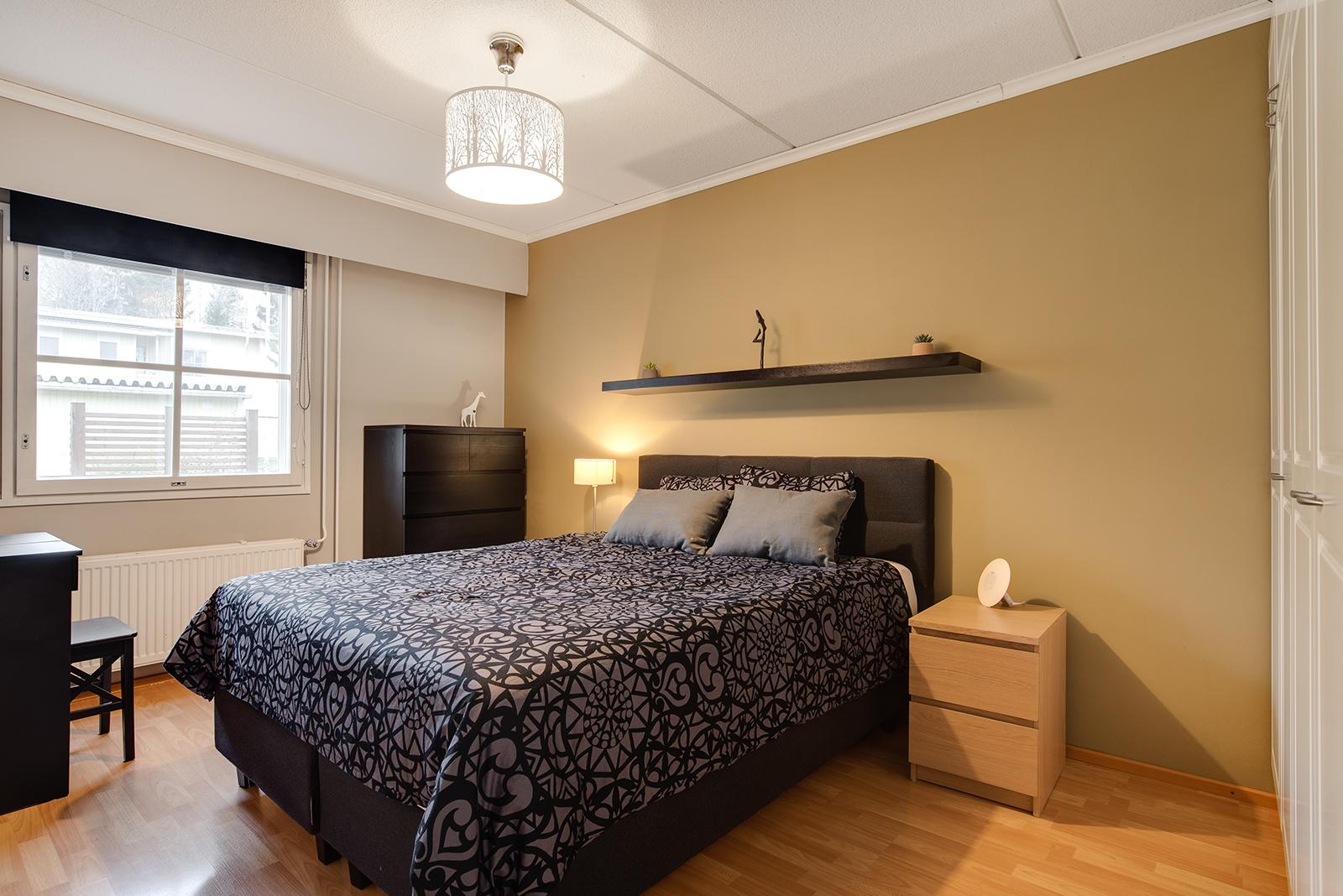 Tässä makuuhuoneessa reilusti kaappitilaa/ Rikligt med skåputrymme i detta sovrum