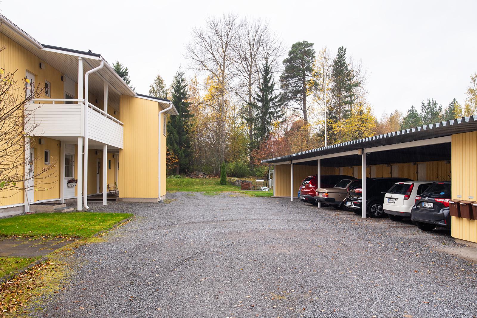 Asunnolle kuuluu autokatospaikka/ Lägenheten har en biltakplats