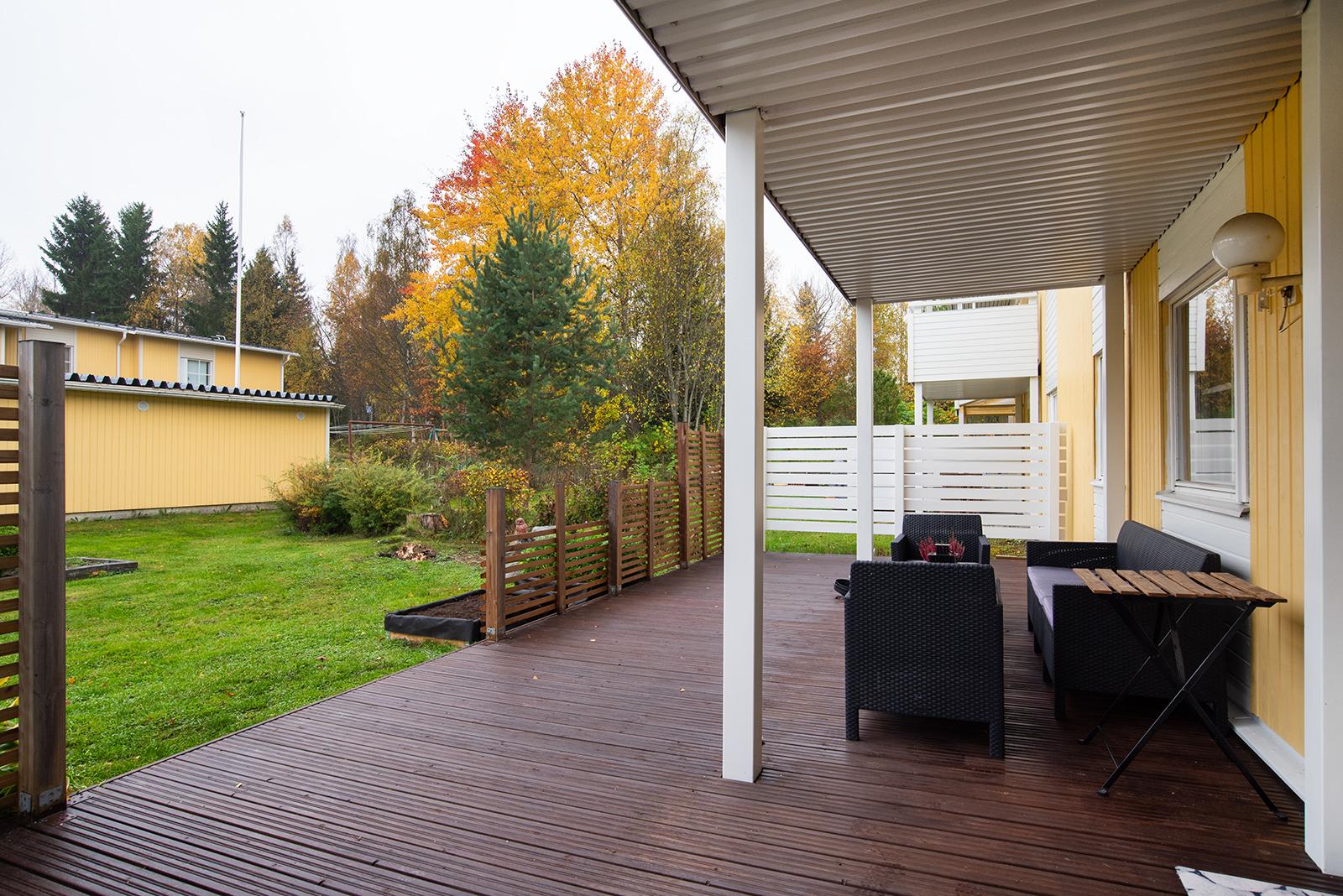 Pihan ja terassin suunta on etelään/ Gården och terrassen vätter mot söder