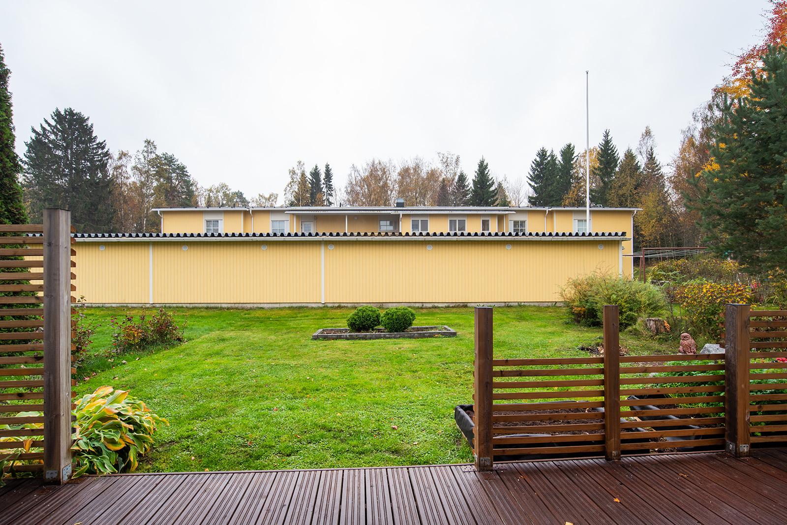 Pihassa on sekä leveyttä että pituutta/ Finns både brädd och djuphet i gården.