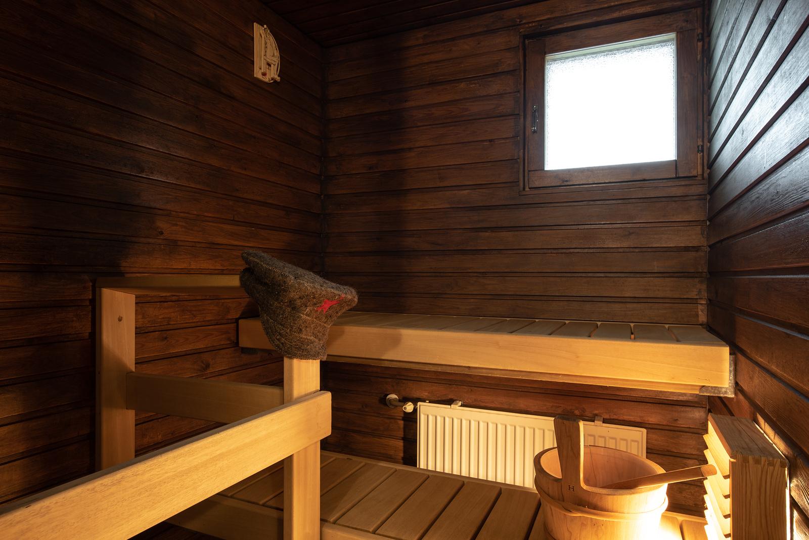 Tumman tunnelmallinen sauna/ Mörk och mysig bastu