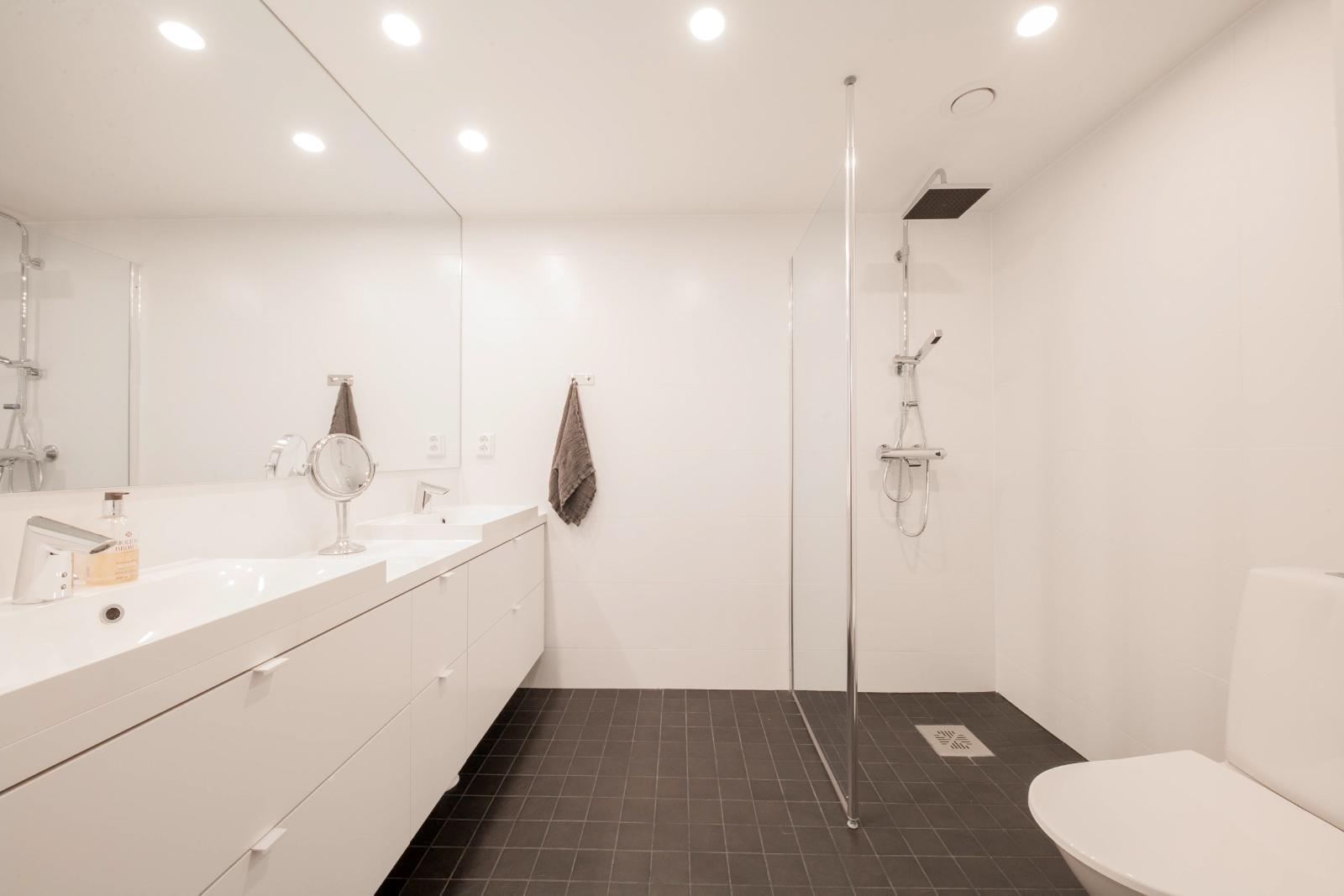 Esittelytalo A:n kylpyhuone