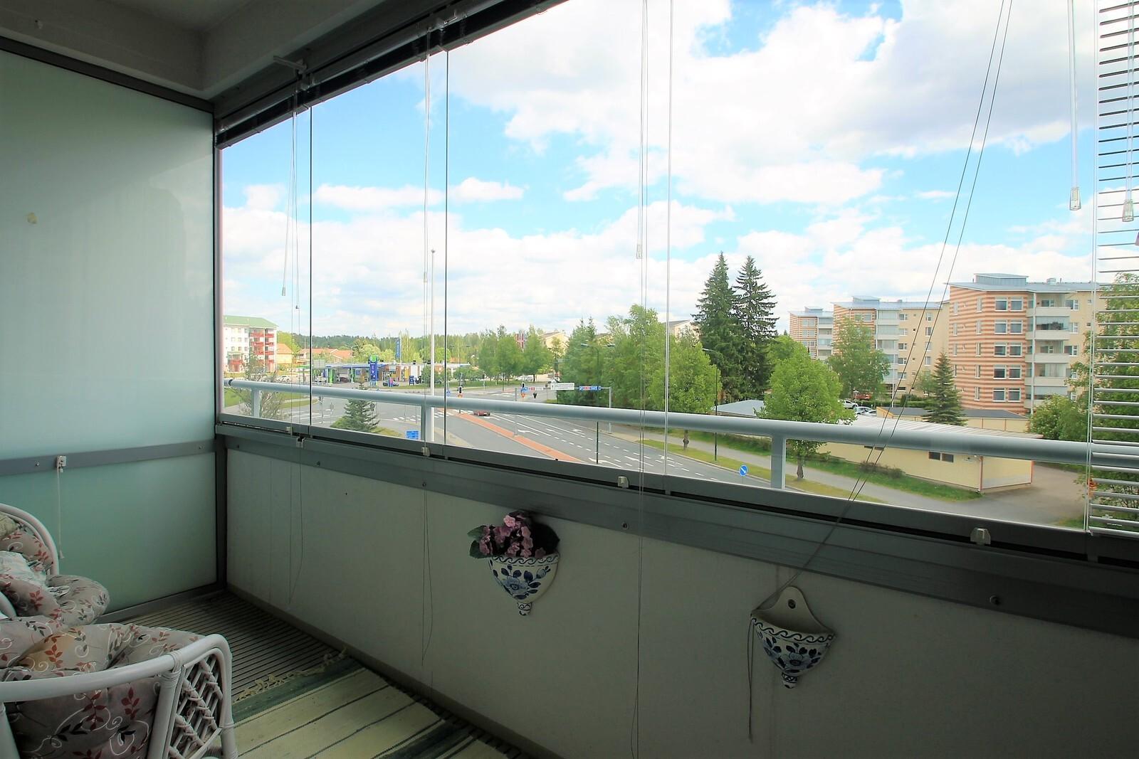 Olohuoneen levyinen lasitettu parveke