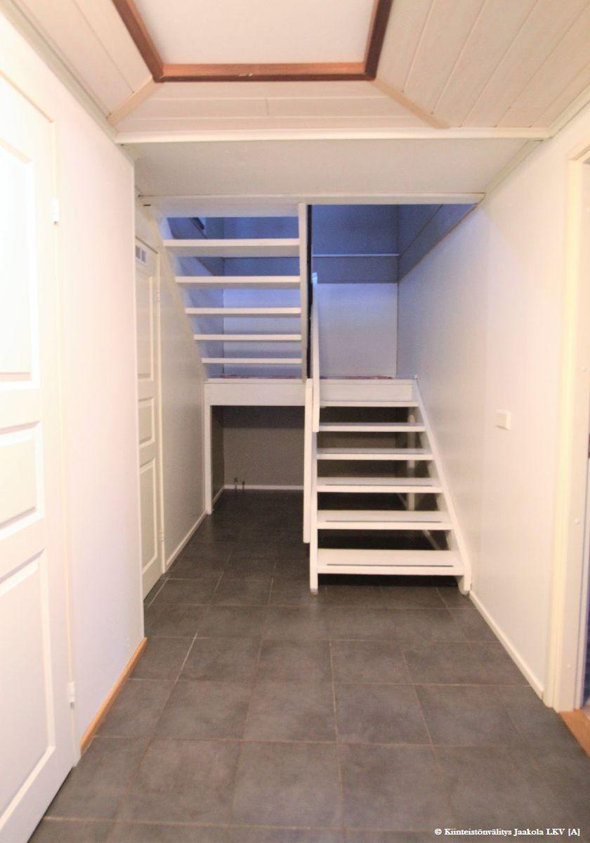 Alakerrasta yläkertaan portaikko