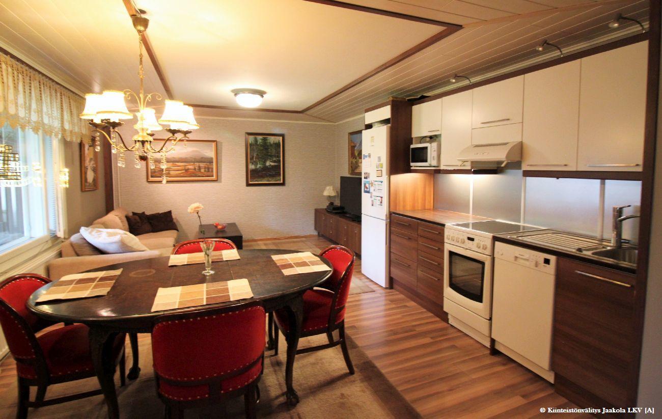 Alakerran saunaosaston viereinen 2.keittiö ja arkiolohuone, joka palautettavissa makuuhuoneiksi.