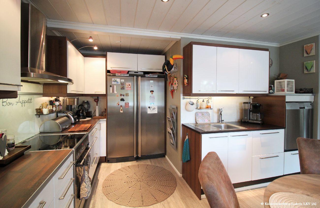 Uusitut koneet ja laitteet keittiössä sekä uusitut kaapistot.