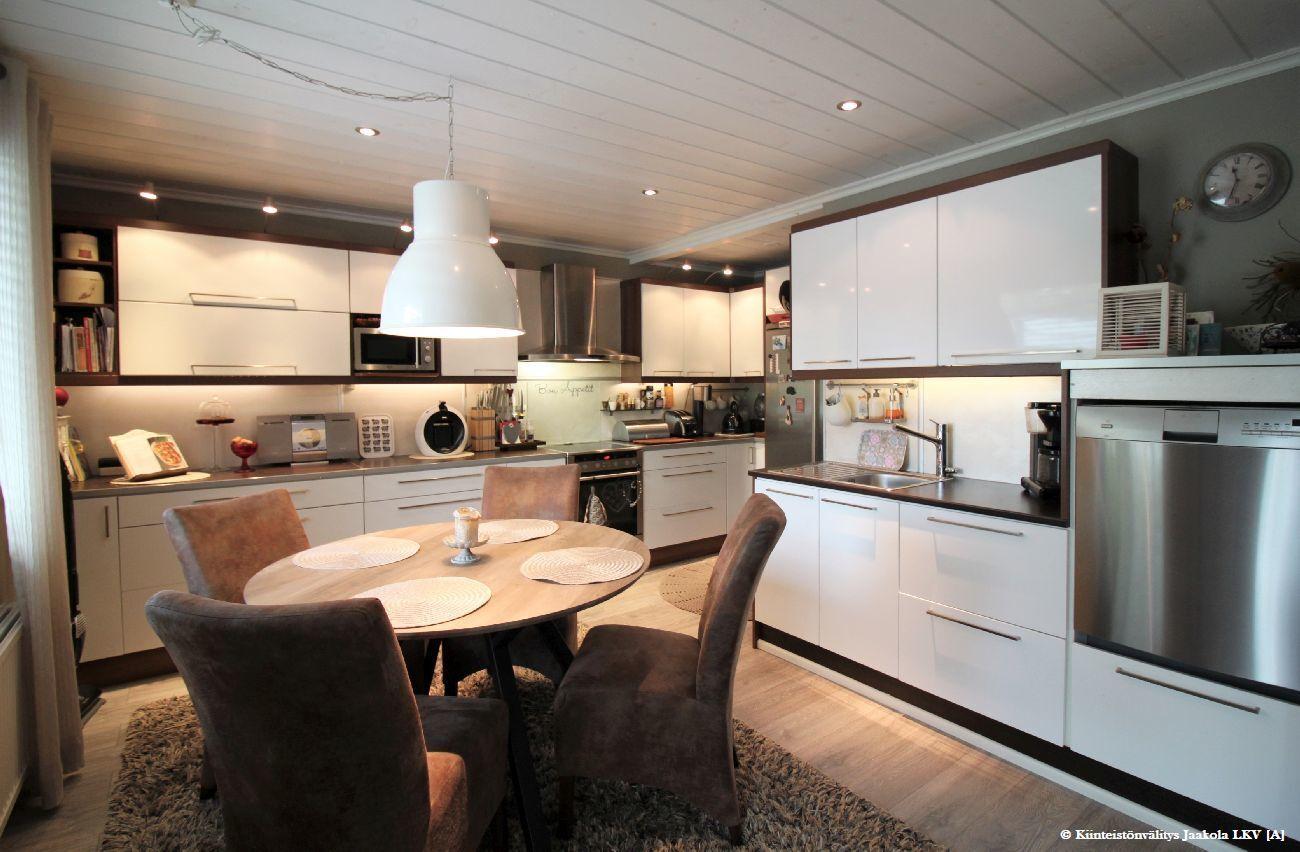 uusittu iso keittiö