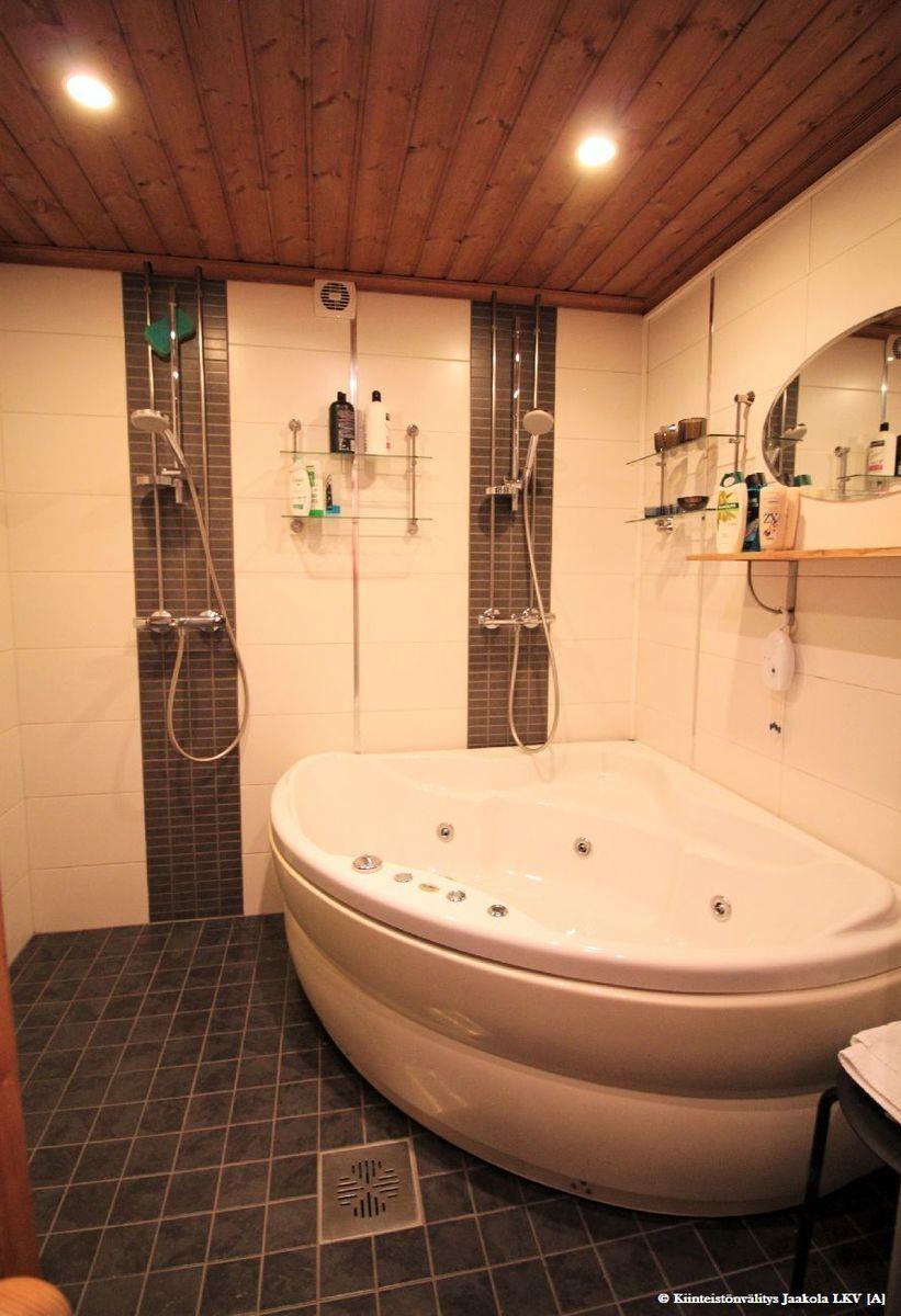 Saunaosaston kylpyhuone, jossa irrallinen lisävaruste poreamme.