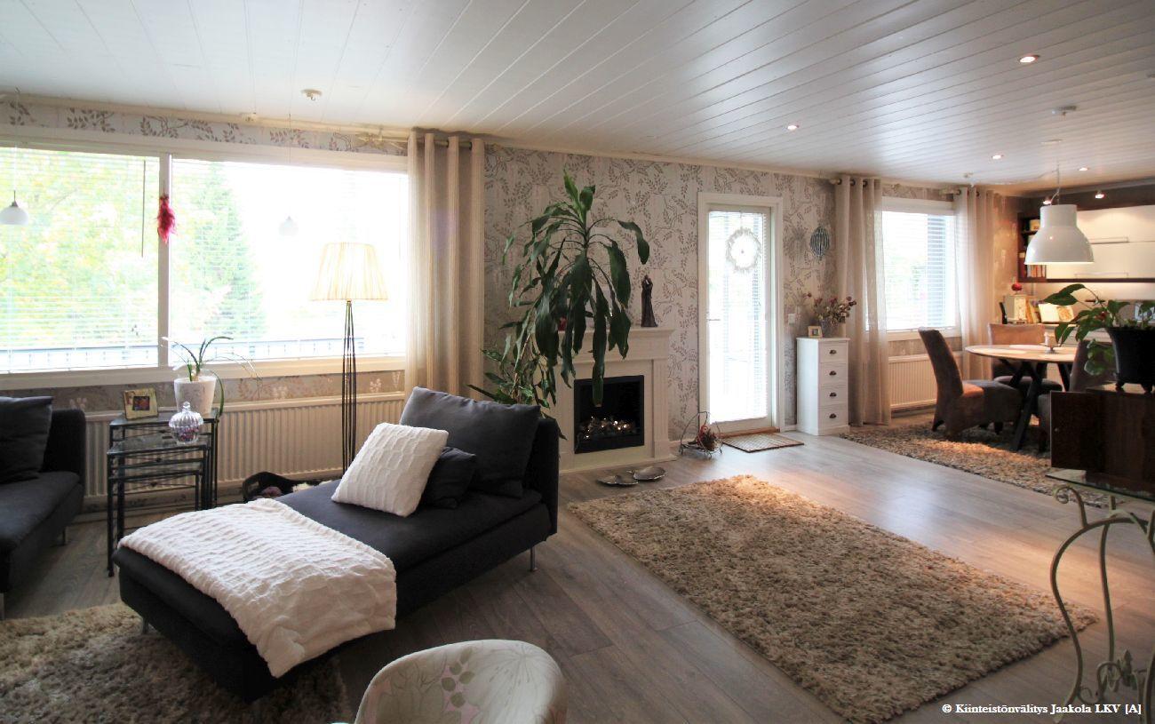 Olohuone nyt extra iso, jos haluat saat yläkerran kolmannen makuuhuoneen helposti palautettua.