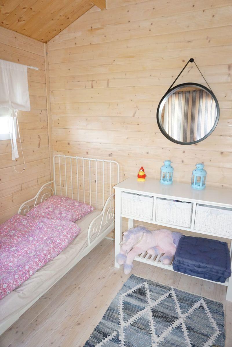 Vierasmajaan mahtuu hyvin kaksi sänkyä ja pöytä