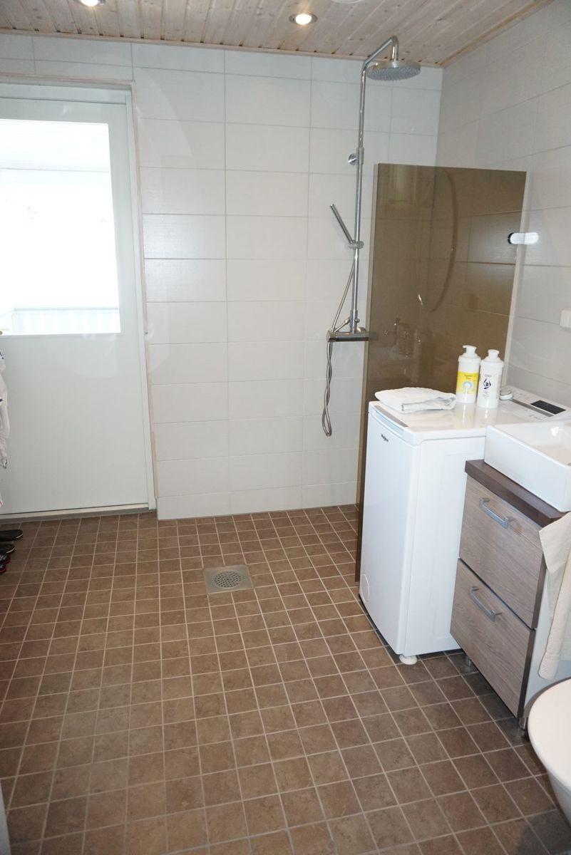 Kylpyhuone on iso ja sieltä on käynti terassille