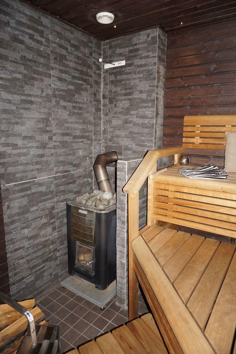 Puukiuas lämmittää saunan