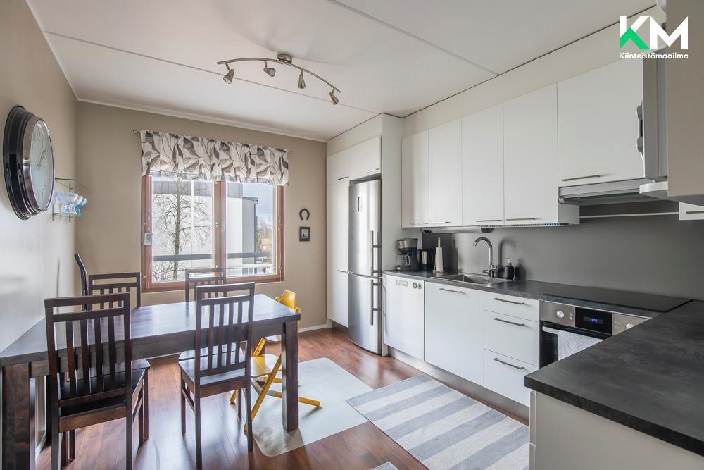 Kaunis vaalea keittiö on remontoitu kodinkoneineen vuonna 2015. Keittiössä on hyvin sekä tasoja että säilytystilaa.