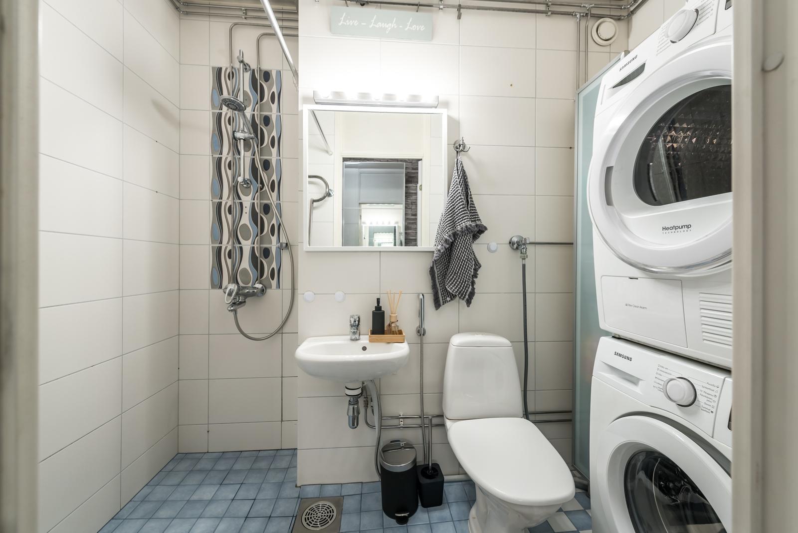 Kylpyhuoneessa tilaa myös pesutornille.