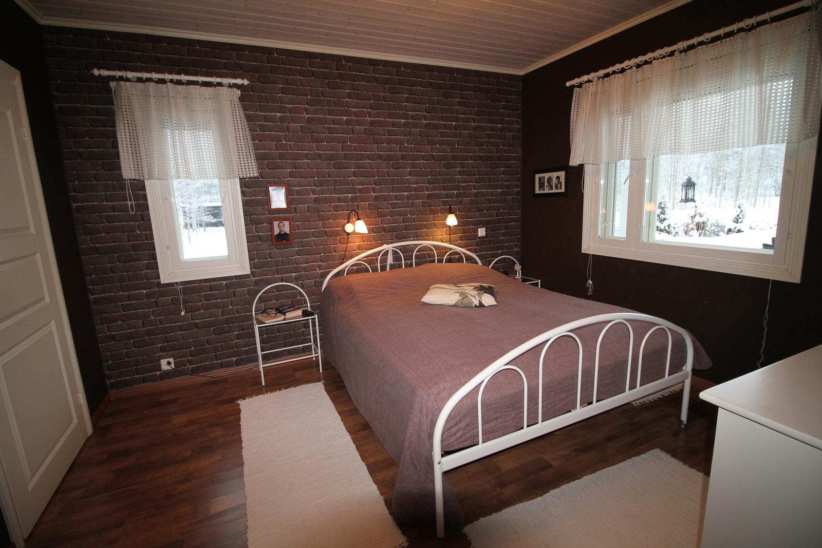 Suurin makuuhuone, jonka yhteydessä on vaatehuone.